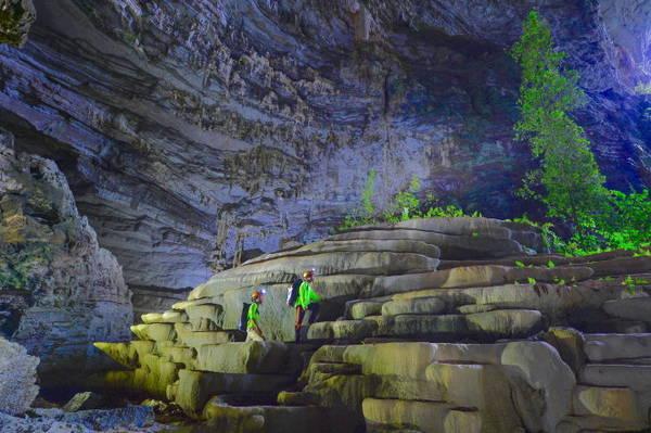 Cầu thang đá trong Hang Sơn Đoòng ở Động Phong Nha