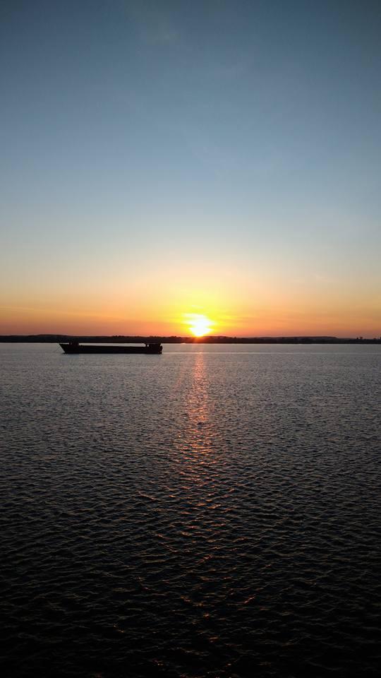 Ánh mặt trời như muốn nói điều gì đó trên biển Tân Tập