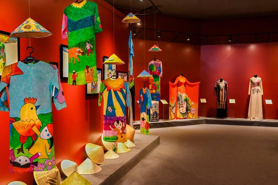 Những phụ kiện đi kèm với áo dài cũng được trưng bày tại Bảo tàng