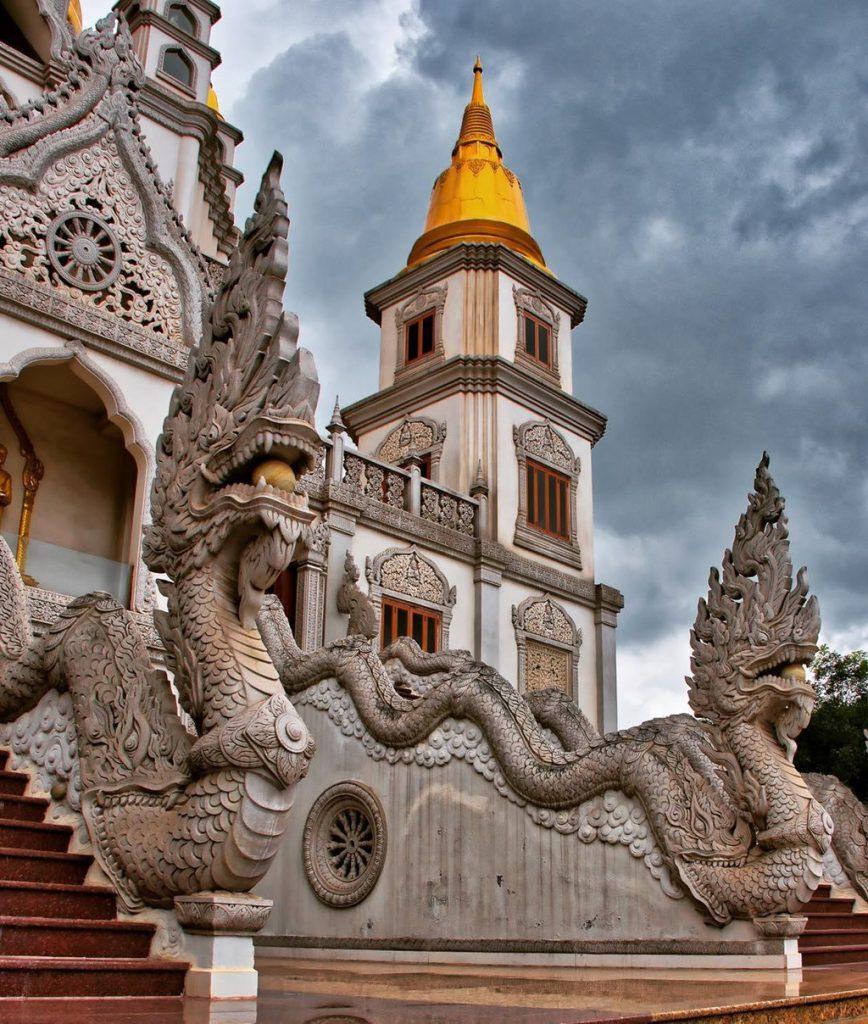 Bức tượng rộng phía trước chánh điện của chùa Bửu Long