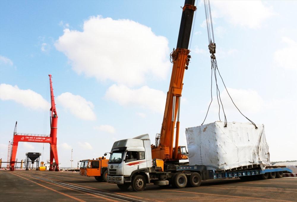 Cảng biển Tân Tập xếp dỡ hàng