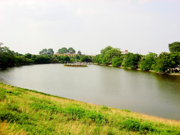 Nét thơ mộng trên hồ bán nguyệt Hưng Yên