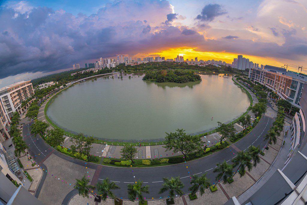 Khung cảnh hoàng hôn thơ mộng trên hồ Bán Nguyệt Hưng Yên