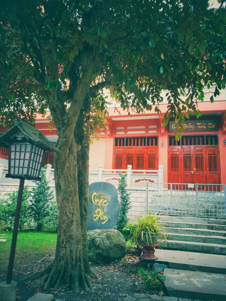 Xung quanh khuôn viên tu viện được trang trí những  chiếc đèn làm bằng gỗ và giấy có hình lục giác rất giống ở Nhật Bản
