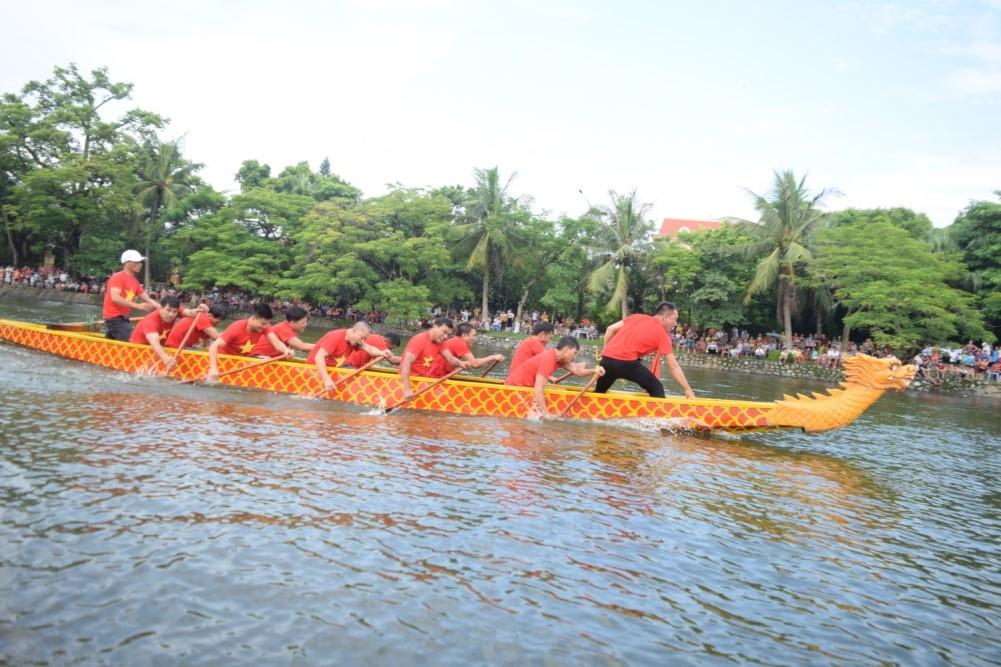 Lễ hội đua thuyền trên hồ Bán Nguyệt diễn ra hàng năm
