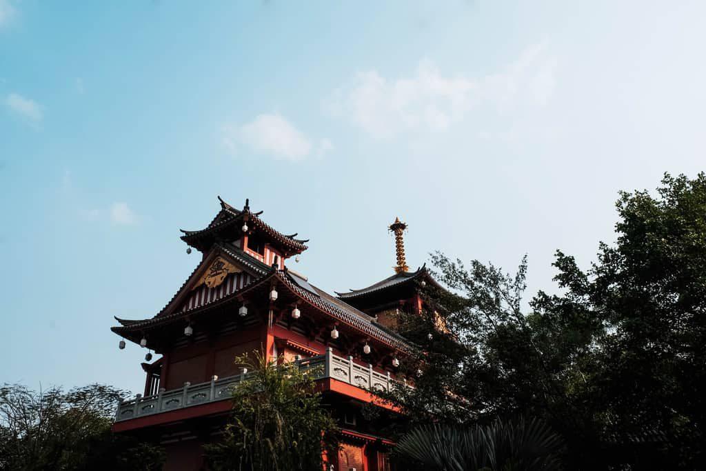 Phần chóp tháp màu vàng cao vút trên nền trời  mang kiến trúc của những ngôi chùa Nhật Bản