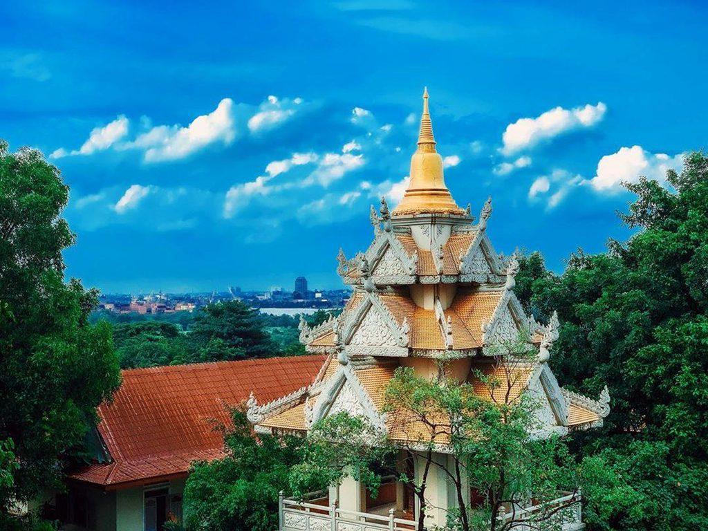Ngọn bảo tháp màu vàng rực rỡ của chùa Bửu Long nổi bật trên nền trời