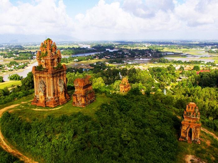 Khuôn viên tháp Bánh Ít – Tháp Bạc