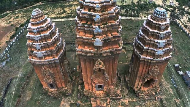 Tháp Dương Long với 3 ngọn tháp cao nhất Đông Nam Á