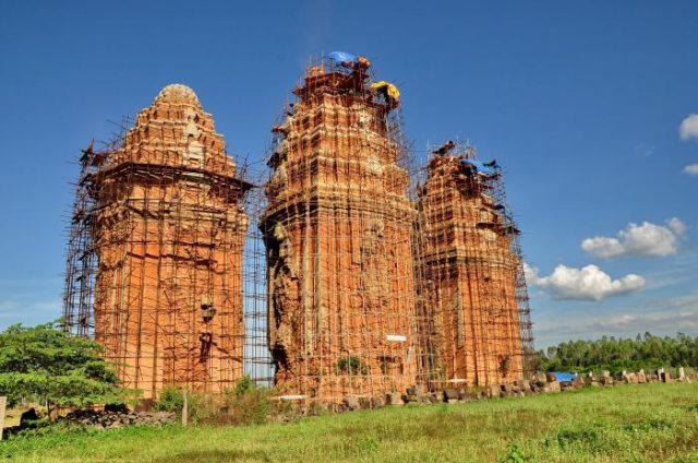 Tháp giữa cao hơn 2 tháp Bắc và tháp Nam