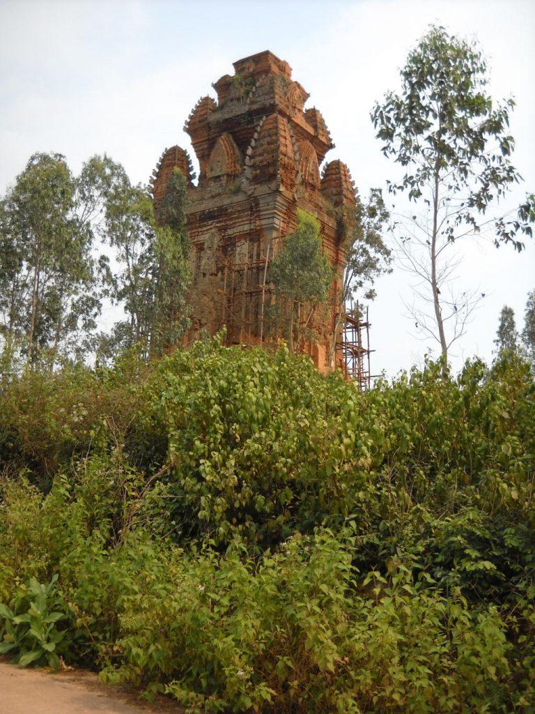 Tháp Phú Lốc nổi bật lên giữa vùng đồng bằng tỉnh Bình Định như một ngọn hải đăng khổng lồ.