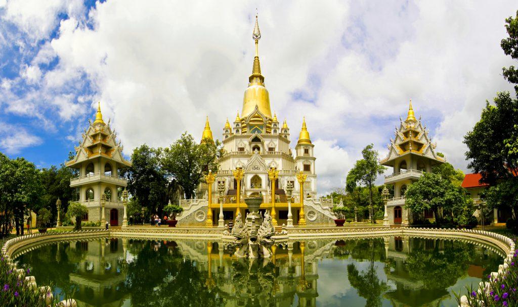 Chùa Bửu Long có kiến trúc độc đáo tựa như xứ sở chùa vàng nên người dân xung quanh gọi là chùa Thái Lan
