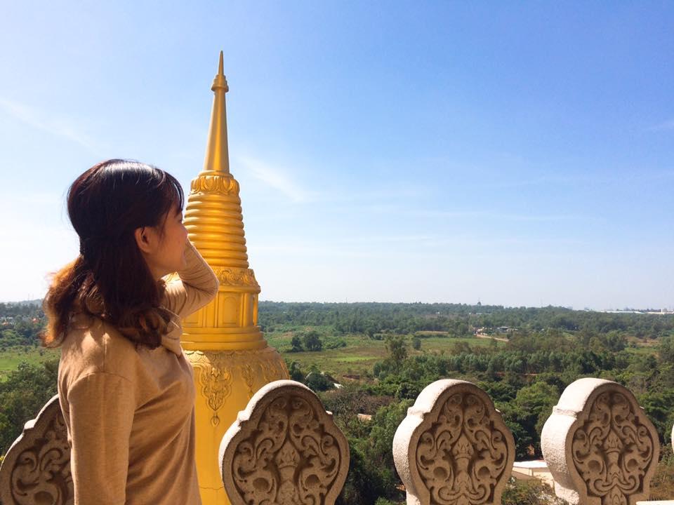 Bạn có thể lên lầu cao và nhìn ngắm toàn cảnh chùa Bửu Long