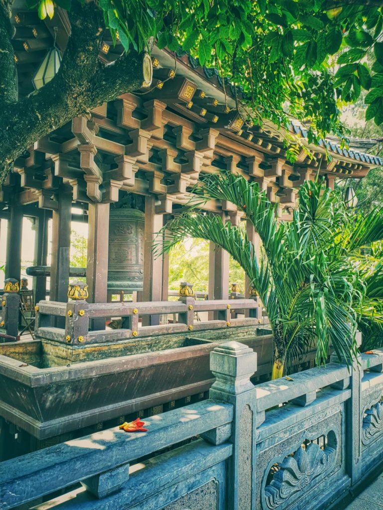 Kết cấu bằng gỗ hoặc sơn màu giả gỗ mang nét đặc trưng của xứ mặt trời mọc