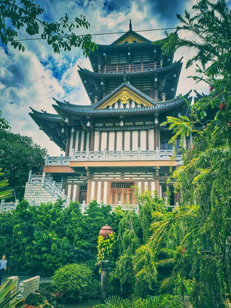 Tu viện Khánh An trồng nhiều cây xanh tạo cảm giác rất thư thái khi đến với nơi này