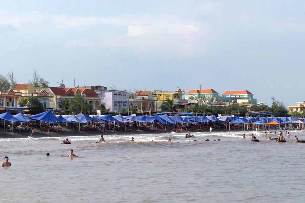 Bãi 2 biển Hải Thịnh với sự nhộn nhịp, đông đúc
