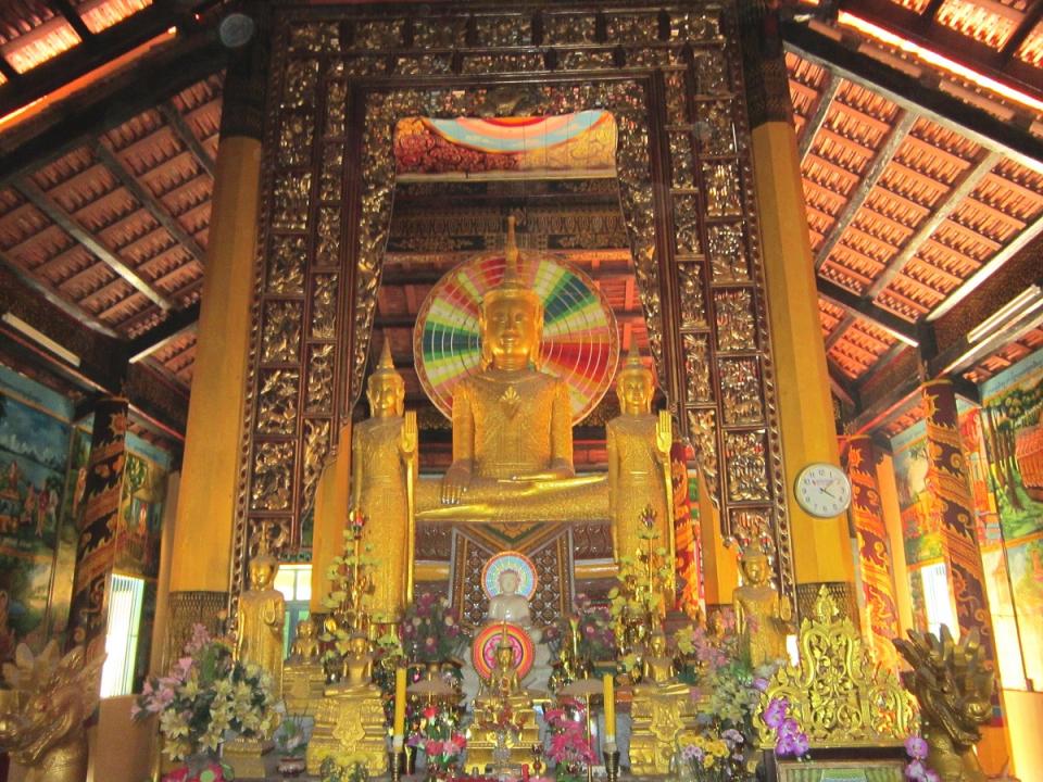 Phía trong chính điện của chùa Âng