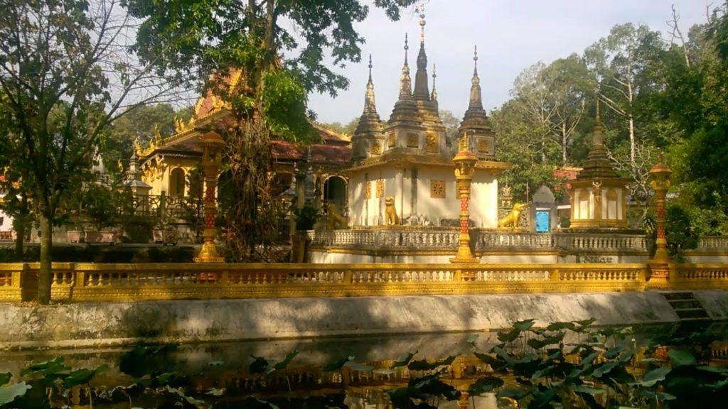 Khuôn viên của chùa Âng tại Trà Vinh