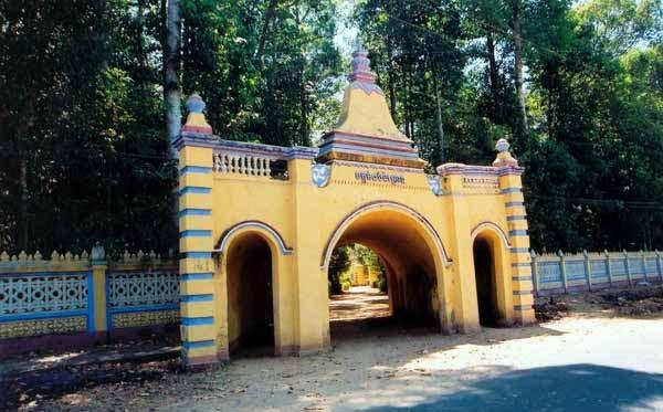 Thiết kế cổng vào của chùa giống như một hang động bởi vậy chùa dược gọi là chùa Hang