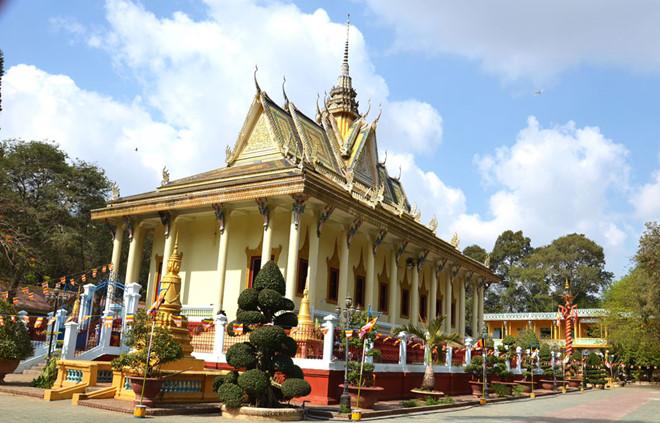 Đến chùa Hang bạn sẽ có thể tìm hiểu thêm nhiều câu chuyện thú vị tại ngôi chùa này