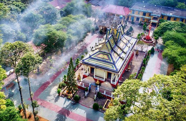 Toàn cảnh trên cao nhìn xuống của chùa Hang