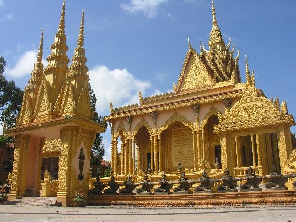 Xung quanh có các bức tượng Phật có kích thước nhỏ hơn và được đặt ở vị trí thấp hơn tượng Phật Thích Ca.