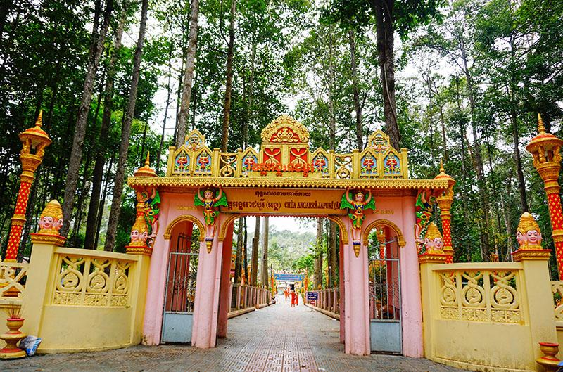 Lối dẫn vào chùa Âng ở Trà Vinh