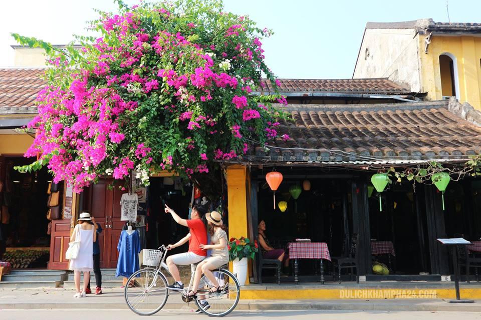 Đi dạo quanh phố cổ Hội An bằng xe đạp.