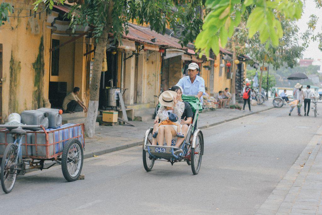 Đi dạo quanh phố cổ Hội An bằng xích lô.