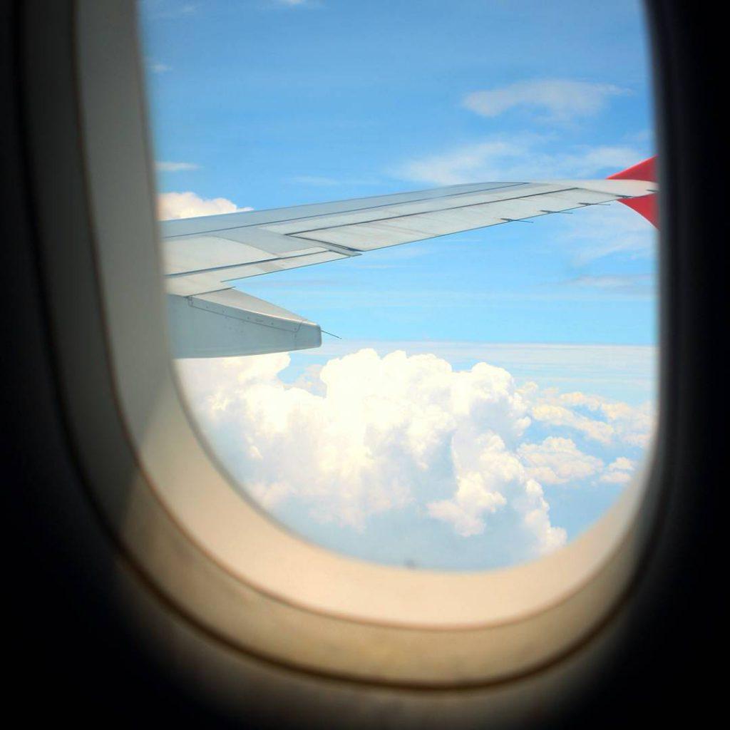 Di chuyển đến thành nhà Hồ bằng máy bay.
