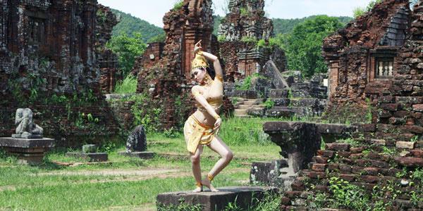 Điệu múa Apsara huyền ảo được diễn ra tại thánh địa Mỹ Sơn.