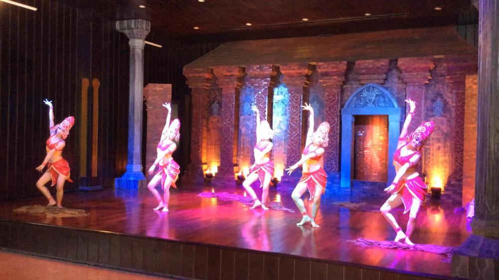 Điệu múa được biểu diễn tại sân khấu chuyên nghiệp.