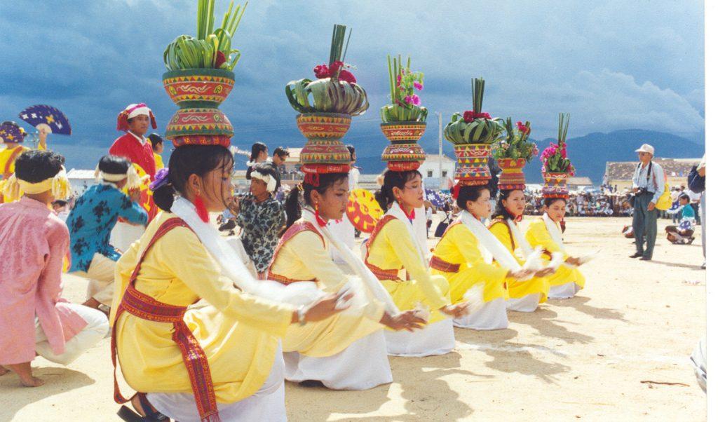 Đội múa hát mừng đoàn rước y phục trước thánh địa Mỹ Sơn.