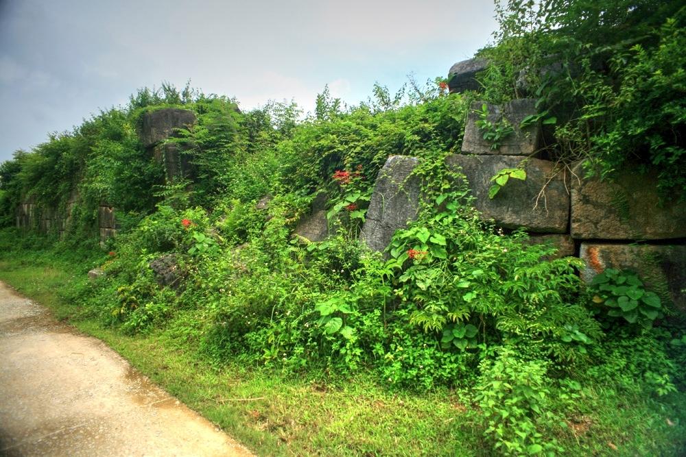 Bức tường thành nhà Hồ hao mòn theo thời gian