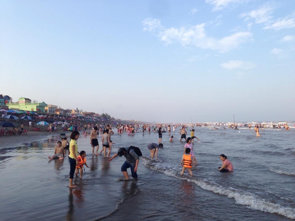 Bãi biển Thịnh Long - Hải Thịnh vào những ngày cuối tuần