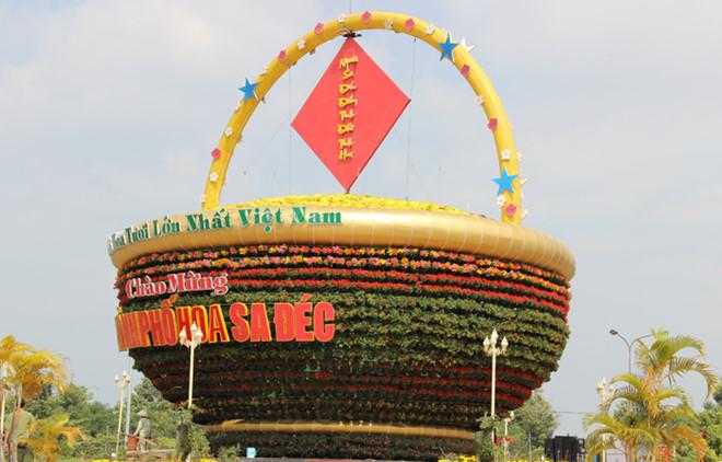 Giỏ hoa lớn nhất làng hoa Sa Đéc