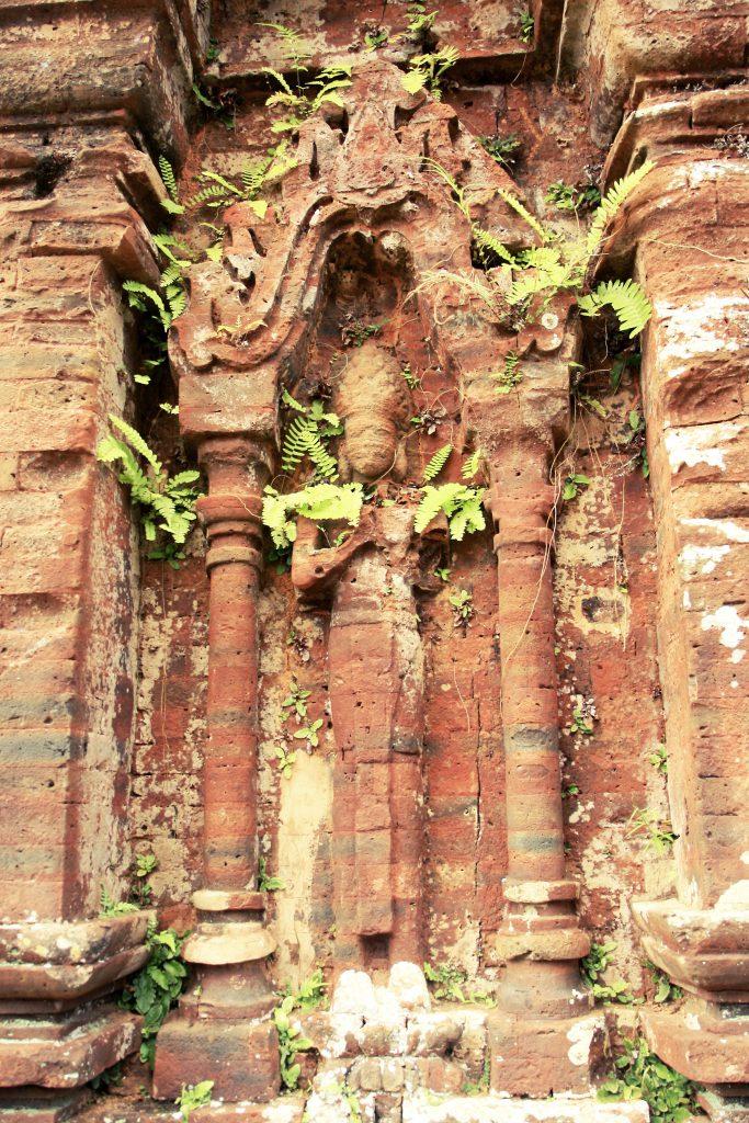 Hình ảnh các tượng thần được chạm khắc tinh tế trên các bức tường thánh địa Mỹ Sơn.