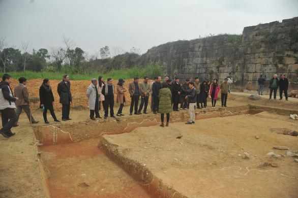 Cuộc khai quật với sự tham gia của các nhà khảo cổ và các nhà khoa học
