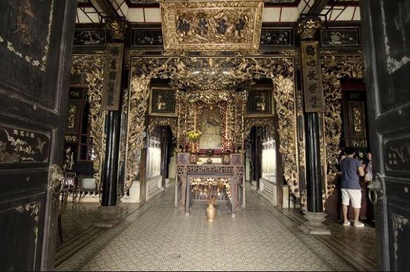 Các bao lơn được sơn son thép vàng.