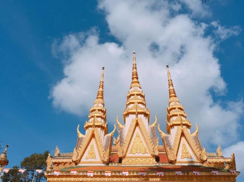 Trên đỉnh của chùa Cò được trang trí họa tiết độc đáo