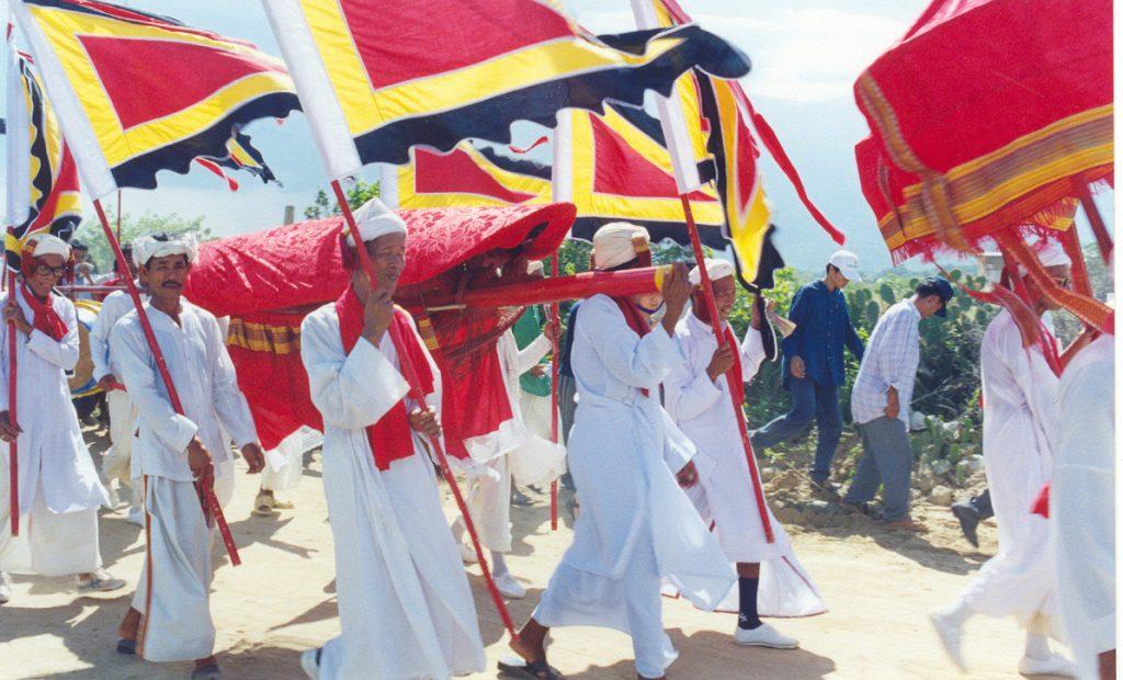 Lễ rước y phục mở đầu cho lễ hội Katê
