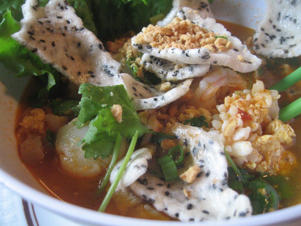 Mỳ Quảng miền Trung ăn kèm với bánh đa thơm lừng.