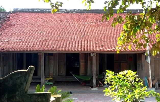 Ngôi nhà cổ lâu năm cách thành nhà Hồ 200m phía cổng Tây.