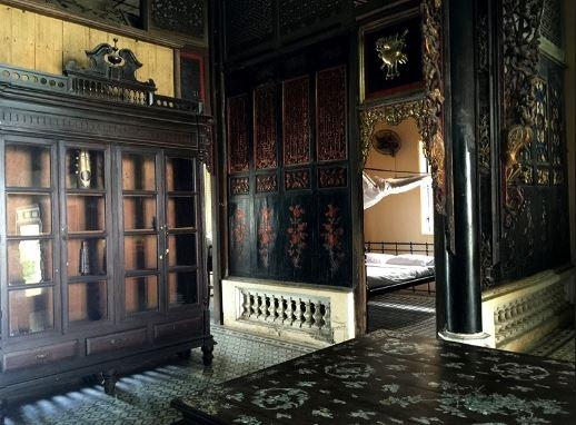Toàn bộ ngôi nhà cổ được chạm khắc tinh tế, lạ mắt