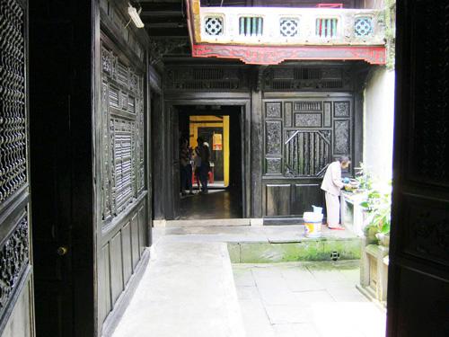 Phía sau nhà cổ Quân Thắng