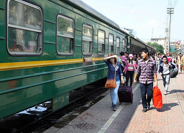 Di chuyển đến thành nhà Hồ bằng tàu lửa.