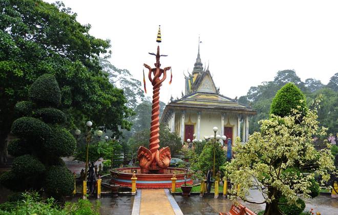 Tháp cột cờ có bộ phù điêu 7 đầu rắn thần Naga tại chùa Hang