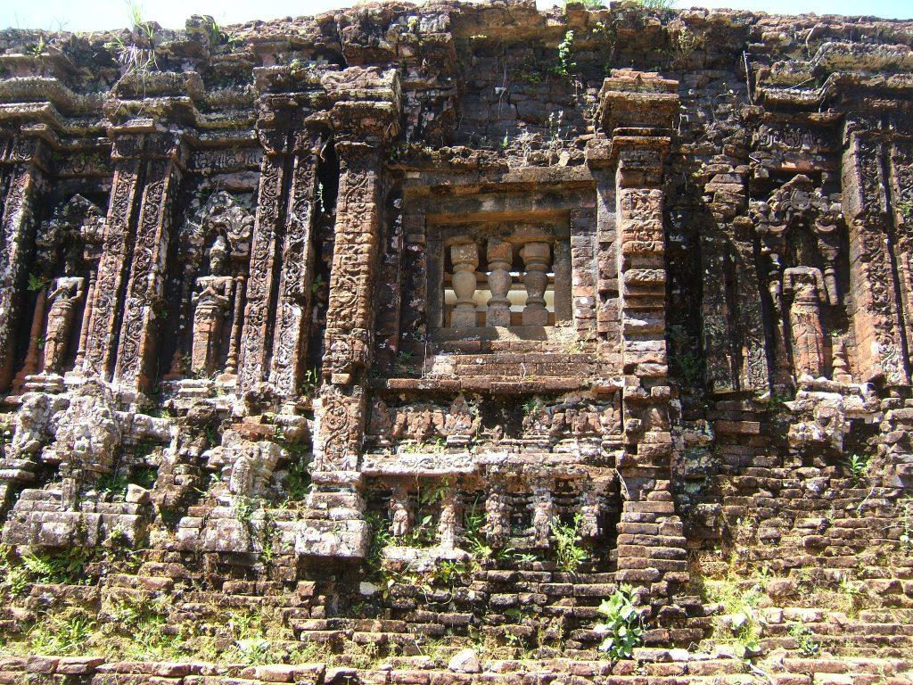 Lịch sử thánh địa Mỹ Sơn vẫn còn nguyên vẹn nét đẹp cổ kính, còn vươn lại trên từng viên gạch.