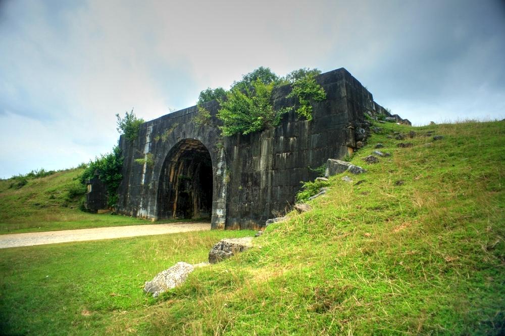 Khám phá thành nhà Hồ với lối kiến trúc vòm cuốn, các phiến đá được đục đẽo vô cùng tinh xảo.