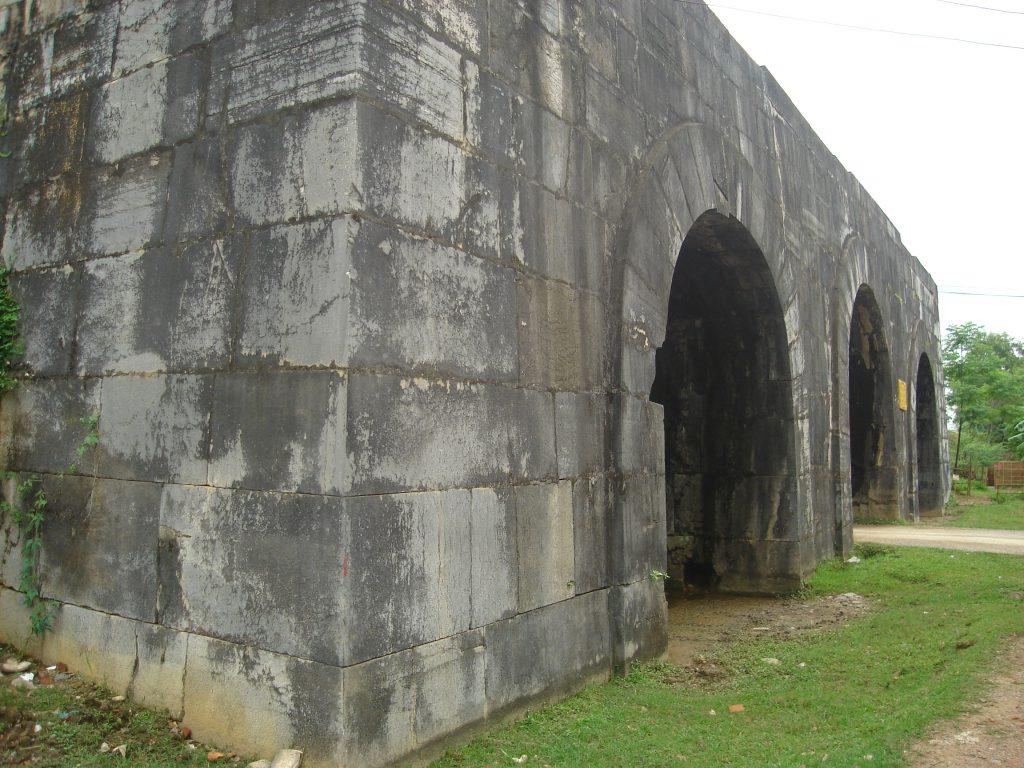 Thành nhà Hồ với bức tường thành vũng chãi.